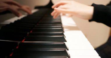 ピアノを弾く画像